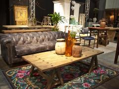 Atmosphère déco Table porte Chesterfield cuir vieilli tapis